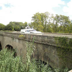 Mooi aquaduct over de rivier de Cesse