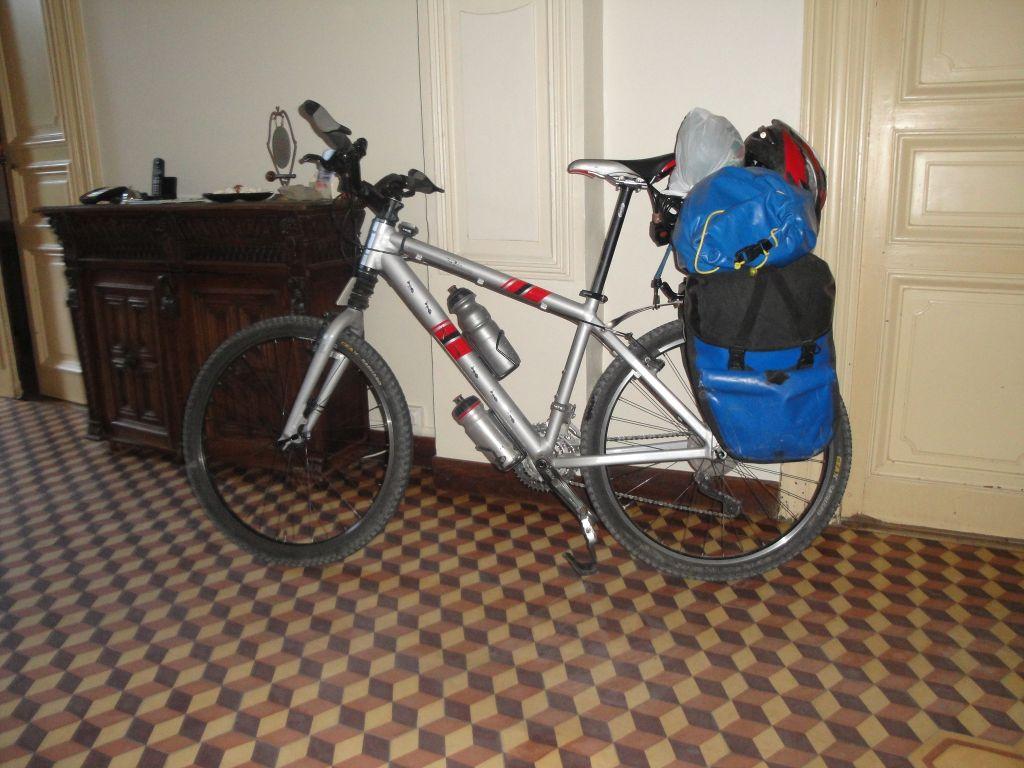 fiets-bepakt-in-de-gang-verkleind