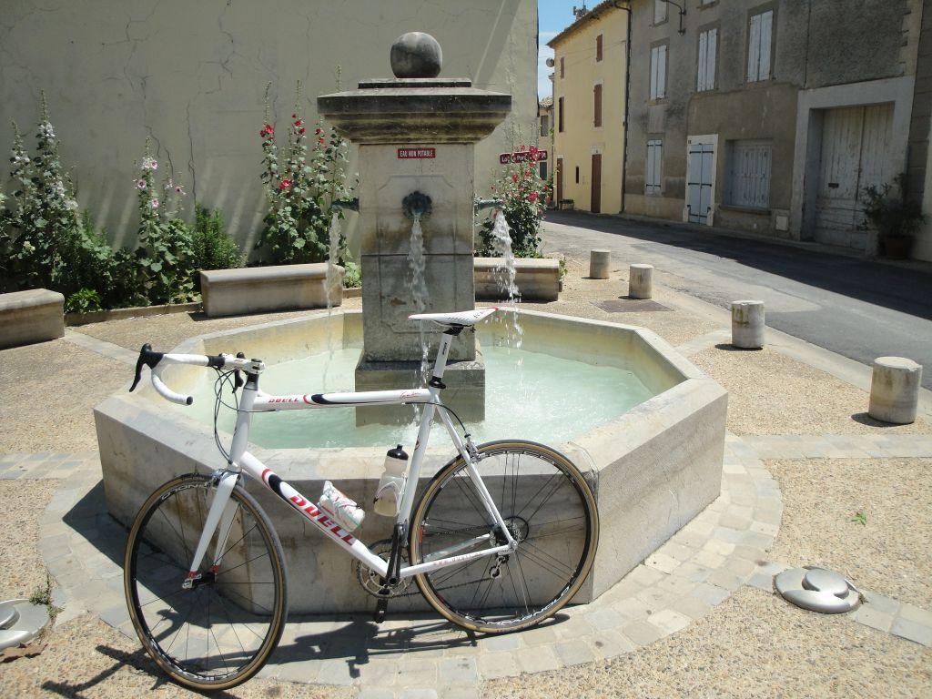 racefiets-bij-fontein-Siran-verkleind-1