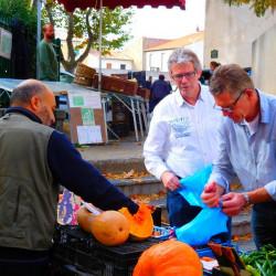 Einkaufen machen auf dem Markt für den table d'hôtes. Kürbissuppe auf dem Menu?